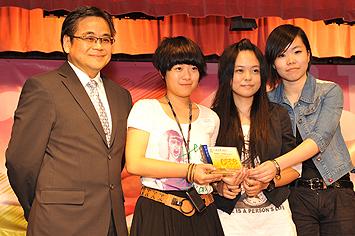 總幹事郭烈東先生頒發獎座予表演團體