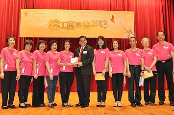 總幹事郭烈東先生致送紀念品予大會表演嘉賓團體 -「和悅之聲」