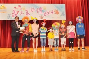 本會總幹事郭烈東先生致送紀念品予表演嘉賓