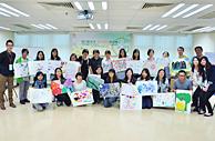 相片3:香港理工大學職業治療學系學生及社工 為懷疑認知障礙症患者進行簡單記憶力測試