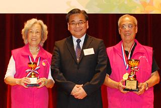 金獎、銅獎得主與總幹事郭烈東先生大合照