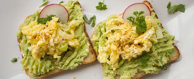 簡易輕盈午餐食譜 — 碎蛋牛油果高纖三文治