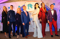 香港愛馬女士協會葉思貝主席帶領三對騎師伉儷進行時裝表演籌款