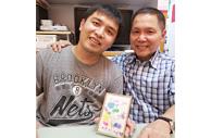 照顾者收到儿子製作的礼物,展露满怀欣慰的笑容。